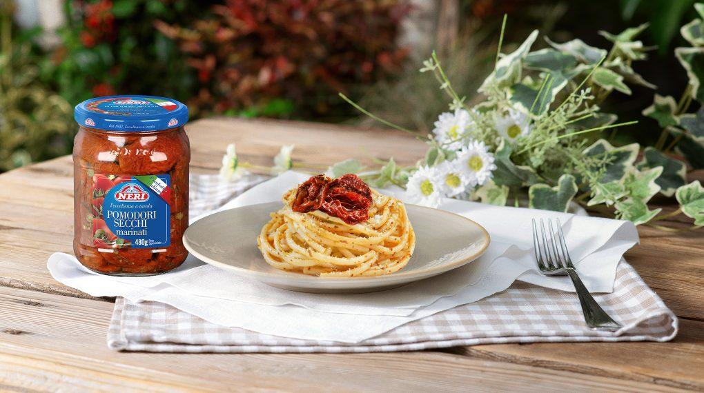 Spaghetti con pesto di pomodori secchi alla siciliana